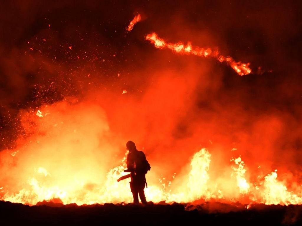 0_Saddleworth-Moor-Blaze-Visible-for-Miles.thumb.jpg.99011876e403e412ad0f20bff293b58f.jpg