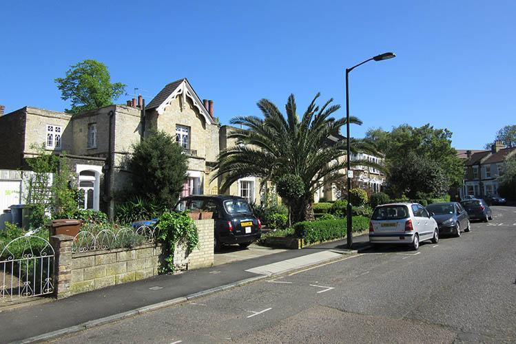 1039547786_houses-and-palm-tree-in-london(1).jpg.f83c1558f5f51648f82de78d046b97d5.jpg